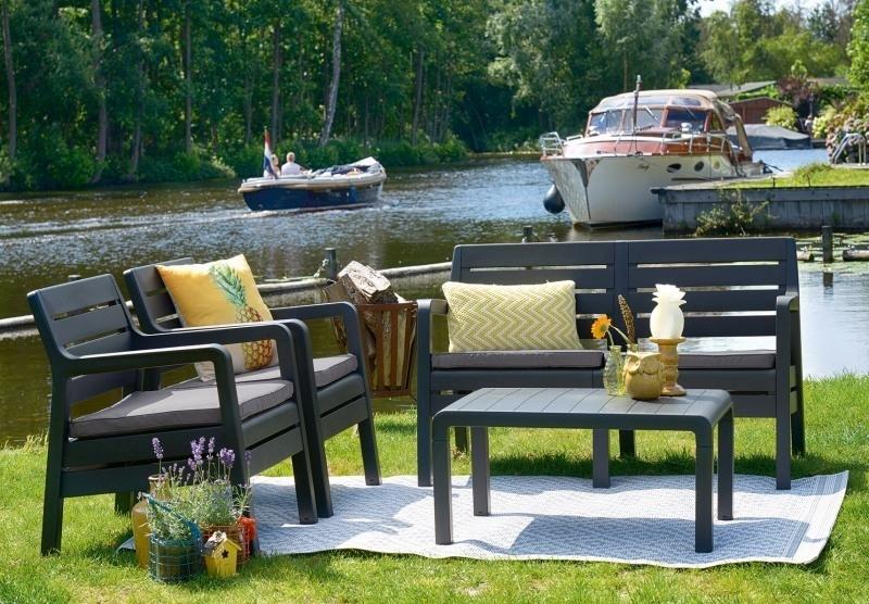 Egy stílusos és kényelmes kerti búton elrendezés folyóparton.